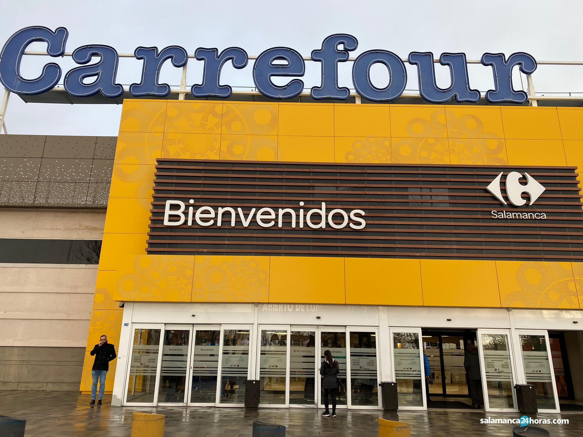 Expectación a la puerta del Carrefour